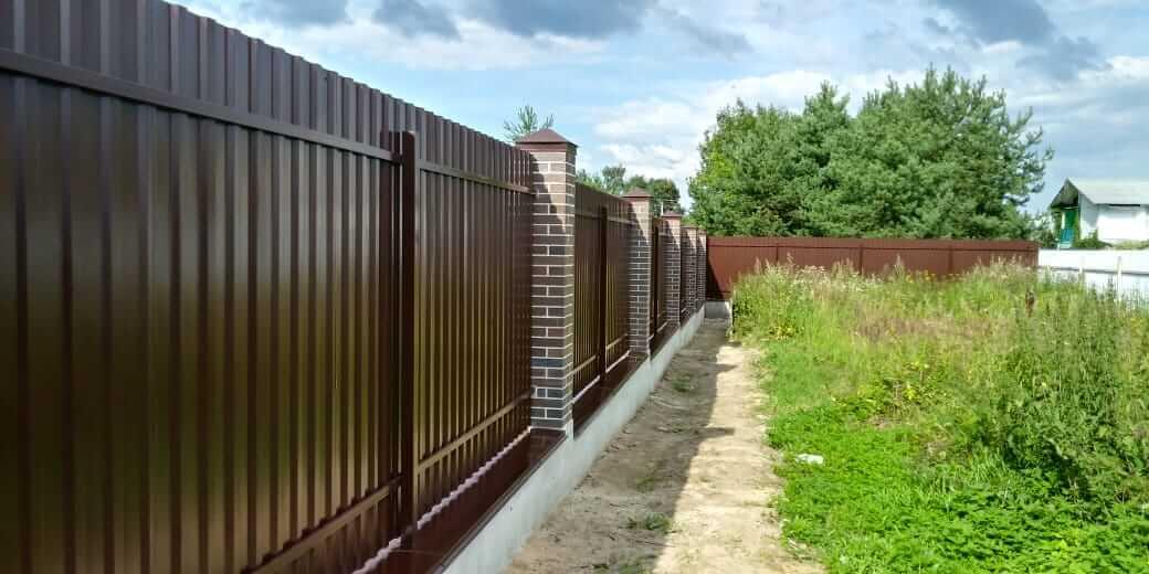 Заборы из евроштакетника: типы металлического штакетника, преимущества и недостатки, правильная установка